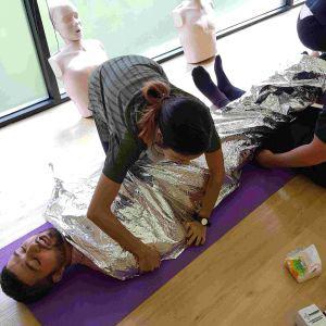 ผ้าห่มเก็บความร้อน - เก็บความร้อนจากร่างกายได้ 90% / กันน้ำ - First Aid Training Bangkok